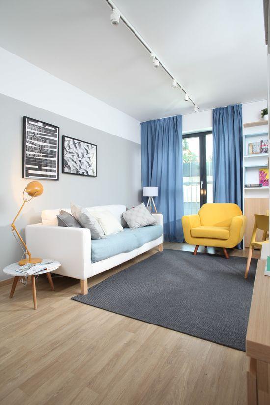 Zona de relaxare se detașează clar, atât jos, unde se disting canapeaua de la IKEA și măsuța și lampa de la MaisonDeco, cât și sus, unde șina cu spoturi de la ioooi.ro traversează tavanul. Foto: Sorin Iacob
