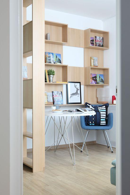 În fața canapelei din birou a fost delimitat un spațiu de lucru, compus din masa de la ioooi.ro, biblioteca multifuncțională realizată la comandă prin Delta Studio și scaunul de la IKEA. Foto: Sorin Iacob