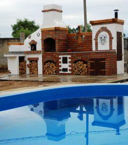 Bucatarie de vara langa piscina