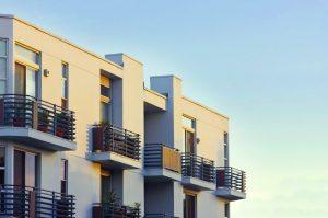 Vrei să te muți într-un apartament la ultimul etaj? Iată care sunt avantajele și dezavantajele!
