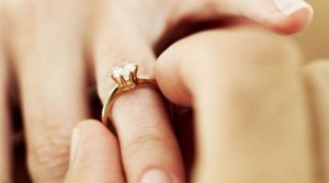(P) Ghid pentru microbiști: Cum să alegi inelul de logodnă ideal pentru iubita ta