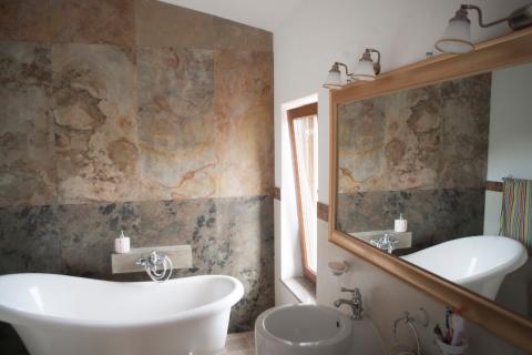 Piatra decorativă în baie – 5 motive să alegi acest material unic