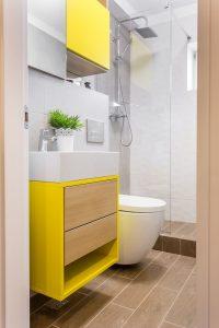garsonieră transformată baie galbenă