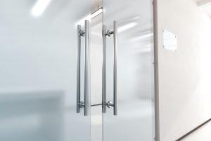 (P) Ușile din sticlă securizată – elegante și ușor de integrat în orice decor