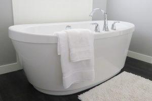 Cum alegi materialul potrivit pentru o cadă de baie modernă
